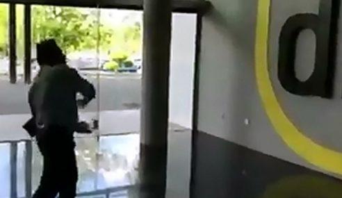 Pelanggan Mengamuk Baling Telur Di Pejabat Digi