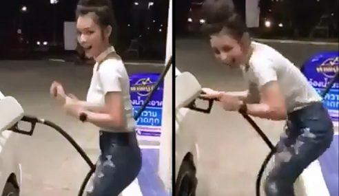 Wanita Menari Sakan Tunggu Minyak Kereta Penuh