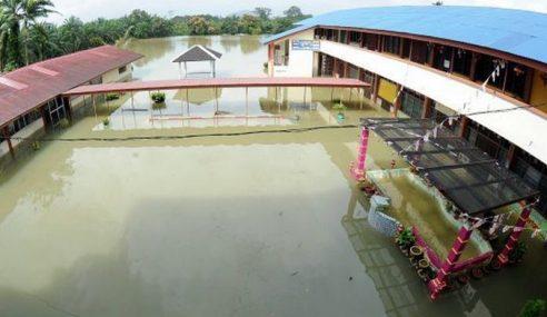 Guru Panik Dipindahkan Dengan Traktor Dalam Banjir