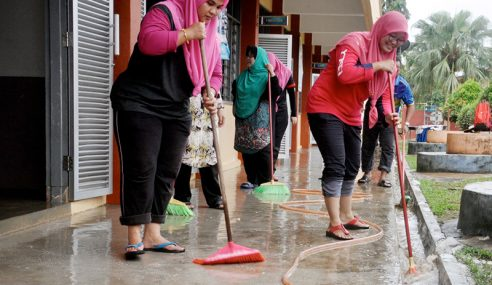 Sukarelawan Bantu Bersih Sekolah Di Hulu Terengganu