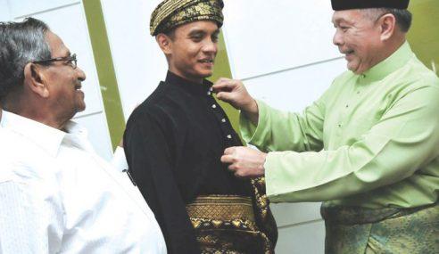 Faiz Dibenar FIFA Berbaju Melayu, Bercakap Melayu