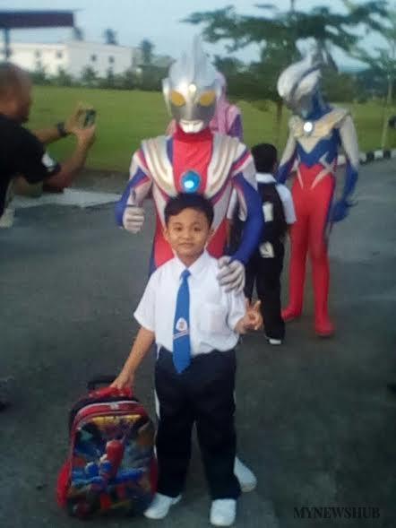 Ultraman Sambut Murid Tahun Satu Di Batu Pahat