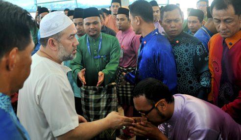 Sultan Muhammad V Solat Jumaat Di Surau Menara TM