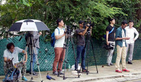 Puluhan Petugas Media Di HKL Curi Tumpuan Ramai