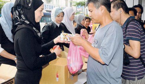 Gelandangan Ibu Kota Terima Bungkusan Makanan