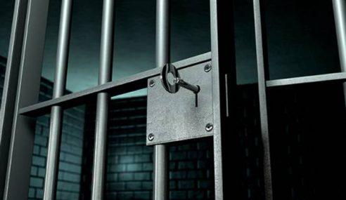Wanita Dipenjara Miliki Rokok & Minuman Keras