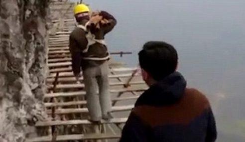 Mungkin Ini Pekerjaan Paling Bahaya Di Dunia