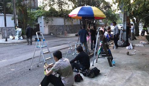 Media Berkumpul Di Luar Kedutaan Semakin Kurang