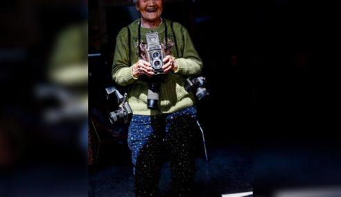 Nenek 105 Tahun Masih Setia Membidik Foto