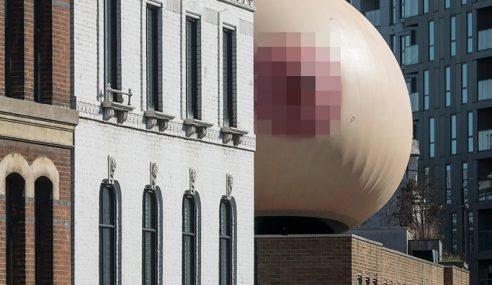Replika Payudara Gergasi Hiasi Kota London