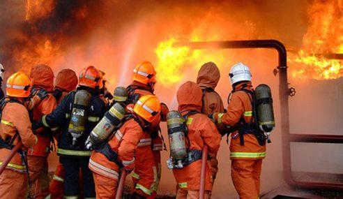 Sebuah Pasar Raya Di Mantin Hangus Terbakar