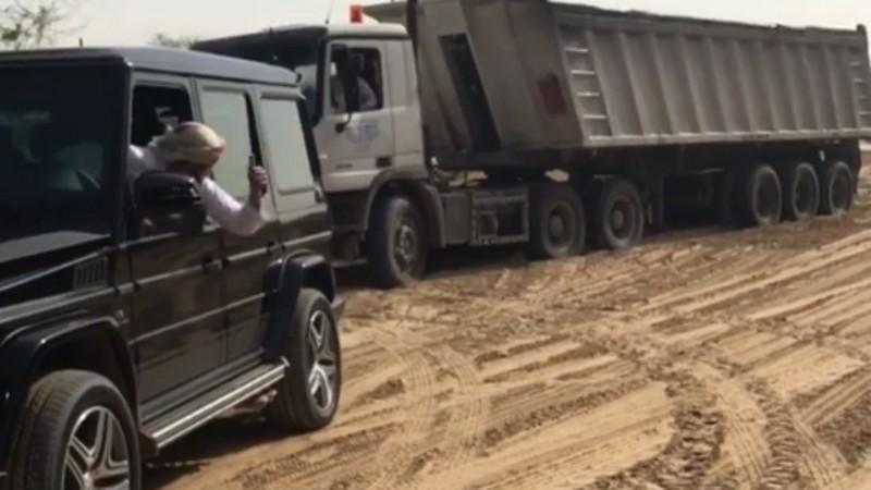 Putera Dubai Guna Kereta Mercedes Tarikh Lori Tersangkut