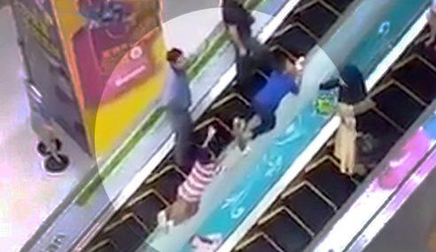 2 Budak Jadikan Eskalator 'Taman Mainan'