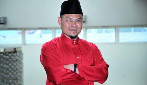 Kisah Adam Corrie Solat Istikharah Pakai Baju Melayu