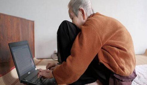 Hebat!!! Nenek 97 Tahun Celik Internet