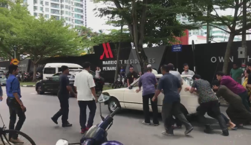 Video: Jemaah Masjid Bantu Tolak Kereta Aunty Cina