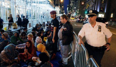 Warga Islam Solat, Berbuka Puasa Di Luar Menara Trump