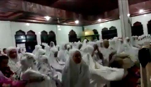 Video: Solat Terawih Sambil Berjoget Di Indonesia…