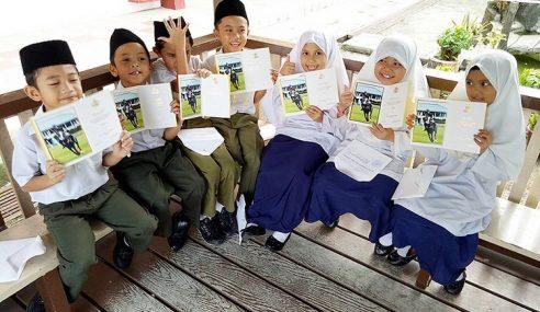 Murid Teruja Dapat Balasan Kad Raya Sultan Brunei
