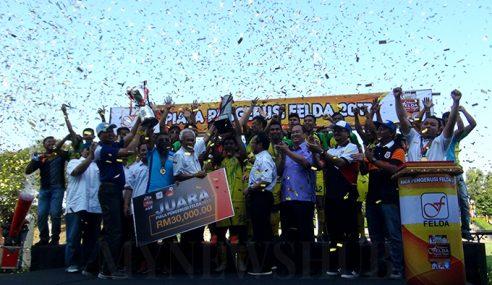 Aksi Final Bola Sepak Piala Pengerusi Felda Meriah
