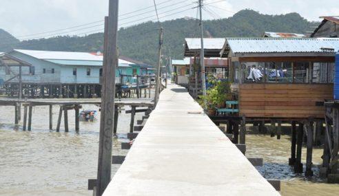 ESSCOM Baiki 10 Rumah Penduduk Di Kg. Sim Sim