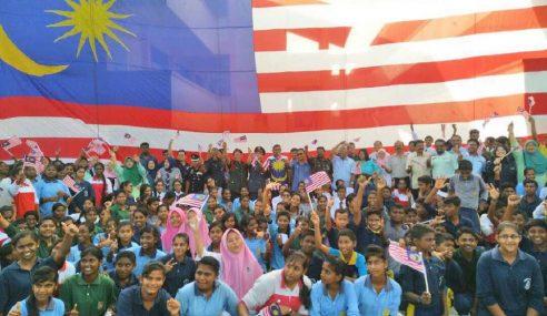 Pelajar Siapkan Bendera Jalur Gemilang Gergasi
