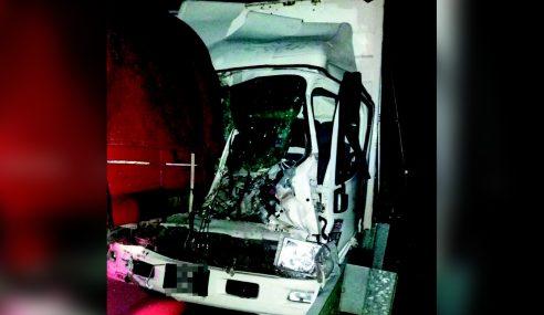 Pemandu Lori Maut Rempuh Belakang Treler