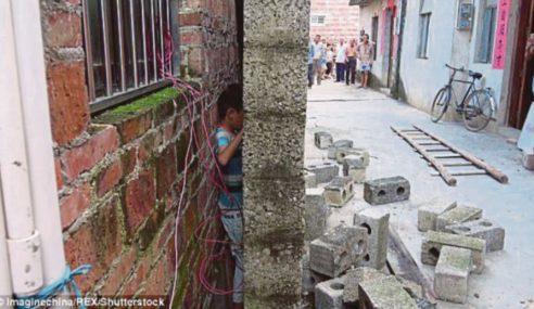 Budak Lelaki Tersekat Celah Dinding