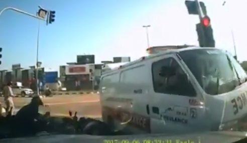 Ambulans Dirempuh Kereta Enggan Henti Di Simpang