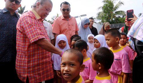 Sultan Johor Berkenan Melawat Kampung Parit Bugis
