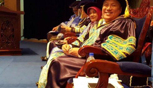 Chef Wan Terima Ijazah Kehormat PhD UUM