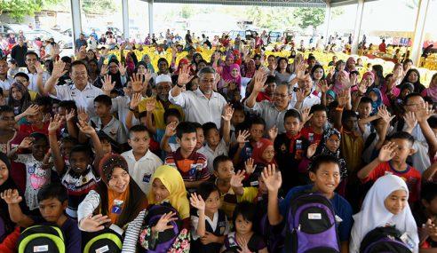 TNB Bantu Persekolahan 200 Murid Di Beruas