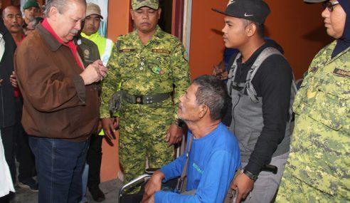 Sultan Johor Lawat Mangsa Banjir Di Mersing