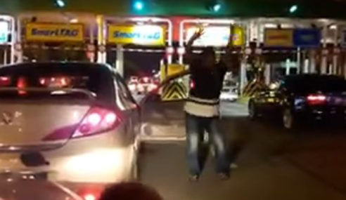 Video: Sakan Berjoget Di Plaza Tol Sungai Rasau
