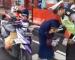 Tak Pakai Helmet, Wanita Gigit Tangan Pak Polisi!