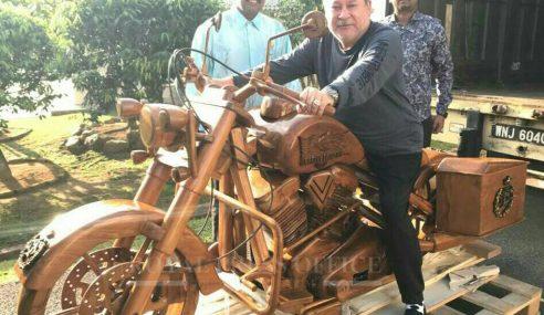 Sultan Johor Terima Replika Kayu Harley Davidson
