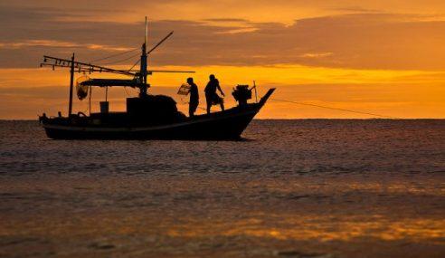 2 Nelayan Nyaris Lemas Bot Terbalik
