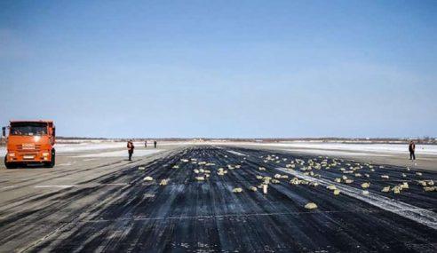 Jongkong Emas Bertabur Di Landasan Dari Pesawat Kargo