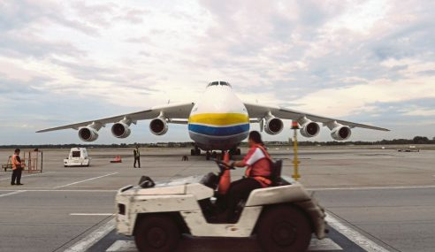 Pesawat Terbesar Dunia Mendarat Lagi Di Malaysia
