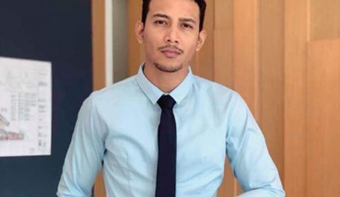 'Mr. Grey' Jatuh Sakit, Balik Kampung Untuk Berubat