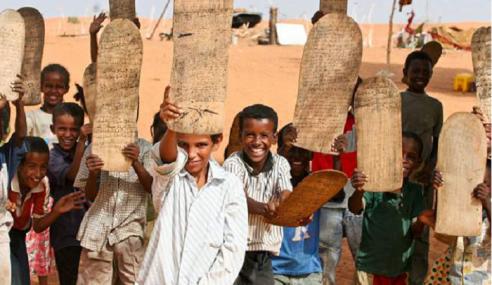 Pelajar Kenya Belajar, Hafal Al-Quran Guna Papan Kayu