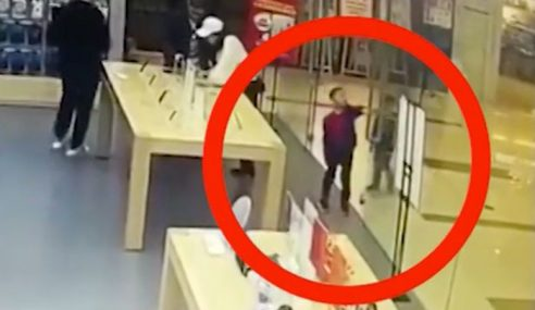 Pintu Kaca Apple Store Pecah Berderai Timpa Kanak-Kanak