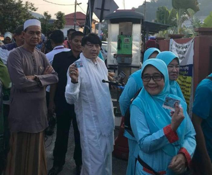 Azwan Ali Berjubah, Kasut Sebelah Merah, Sebelah Putih