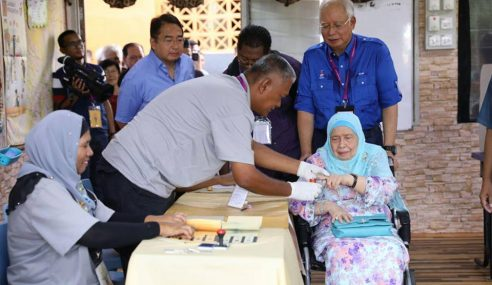 Rakyat Malaysia Memenuhi Pusat Pengundian