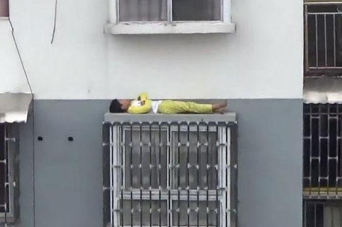 """Tak Takut Ke Dik Tidur Di Belebas Tingkap?"""