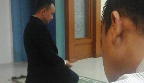 Gambar Menteri Jadi Imam Di Surau Kementerian Tular