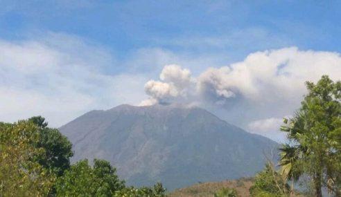 Gunung Agung Meletus, Lapangan Terbang Ditutup