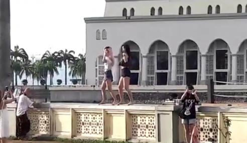Video: Pelancong Selamba Gelek Seksi Depan Masjid