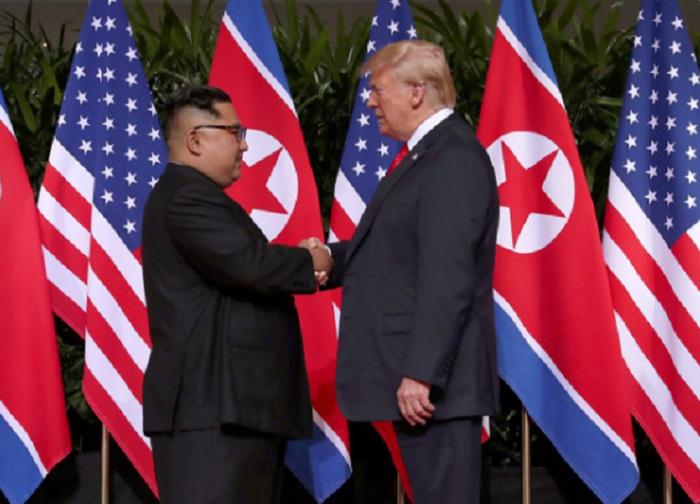 Trump-Jong-un Berjabat Tangan Buat Julung Kali