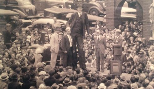Lelaki Paling Tinggi Pernah Direkod Dalam Sejarah